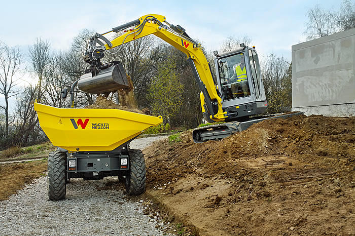 wheel dumper dw50 and zero tail excavator ez53 in action