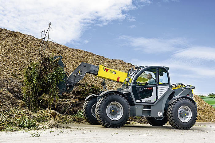 Telehandler TH955 in action